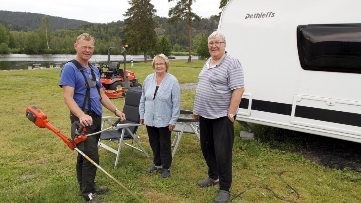 Erling Skoe (t.v.) og Telemark kanalcamping – her med de fornøyde gjestene Reidun og Jan Ludvig Mathisen.