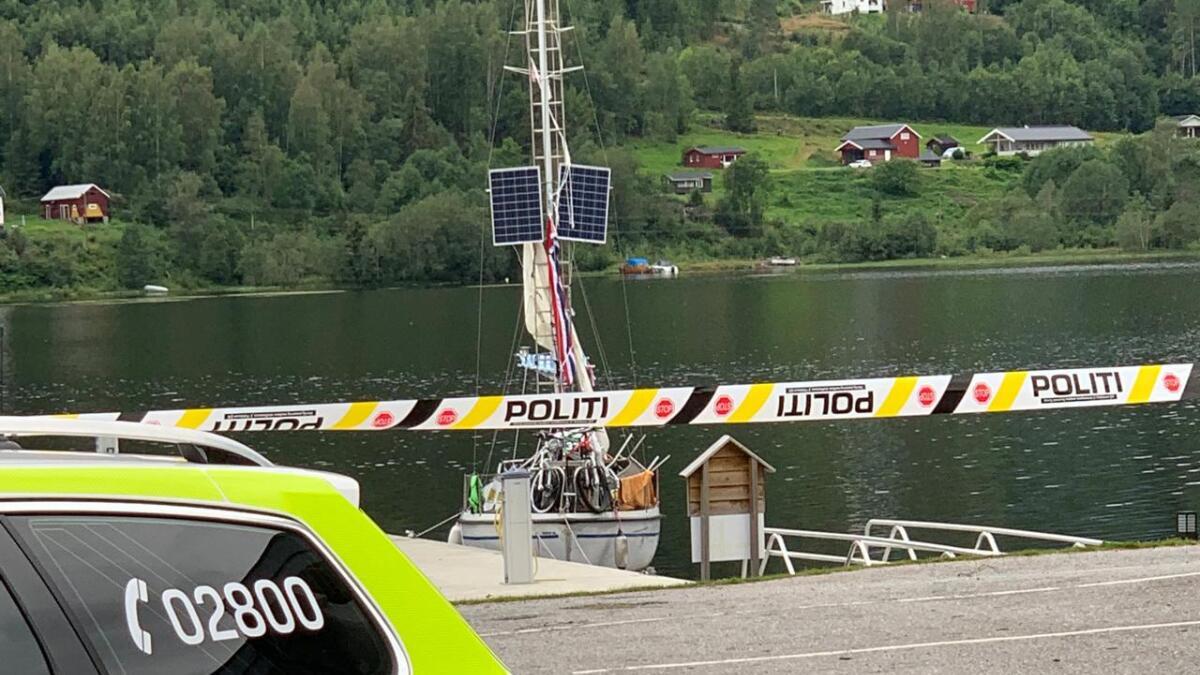 Seilbåten hadde påmontert solcellepaneler i masta, men det er ikke kjent om det er disse som var meldt  stjålet eller om de befant seg et annet sted om bord i båten. Politiet bekrefter at det ble funnet noe tyvgods i båten, og de har tatt beslag i den.