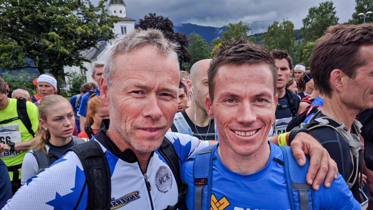 Einar Bystøl og Hallvard Børsheim på start i sentrum. Einar ringde Johan Børsheim og bad han senda ein av sønene for å konkurrera. - Og så sende han den sprekaste!