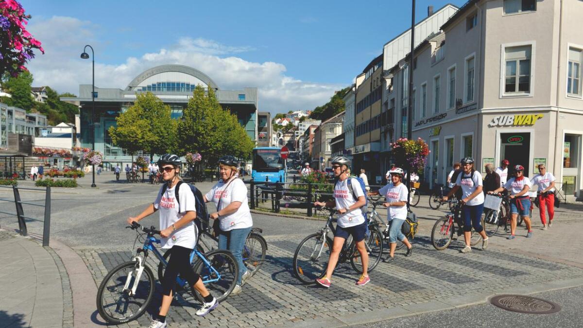 Streikende lærere på sykkelturmarkering demonstrerer korrekt veikryssing: - Man går over fotgjengerfelt.