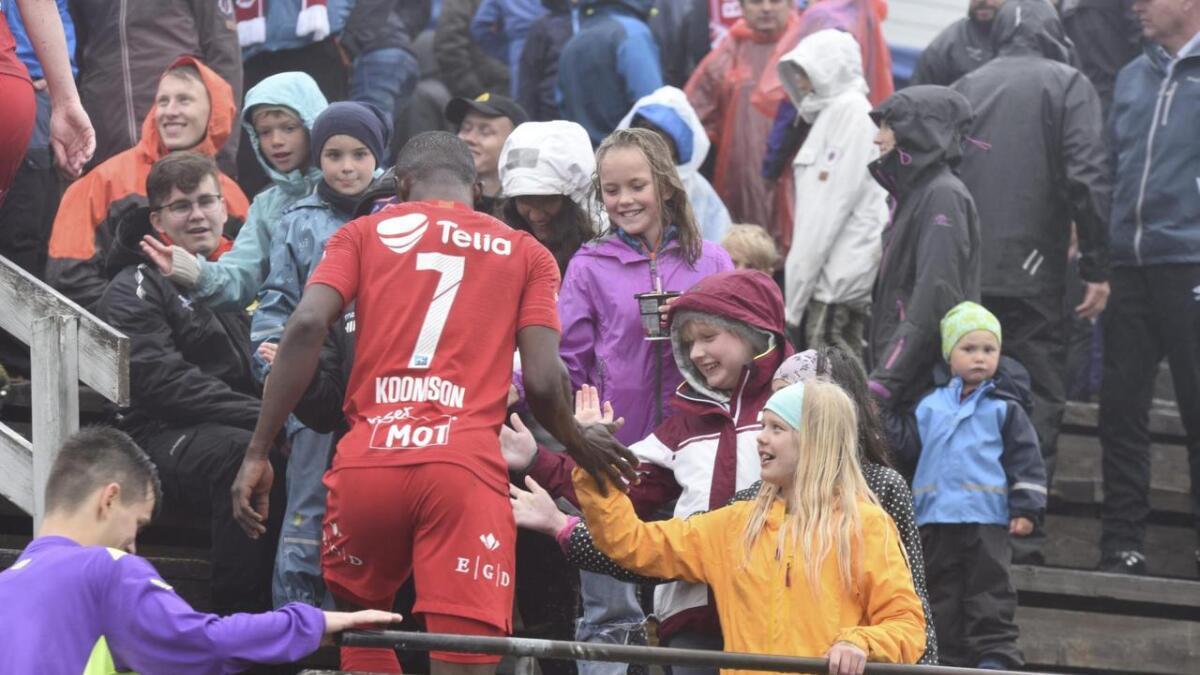 Barna på tribunen gir high five til Brann-spelar og målscorar Gilbert Koomson