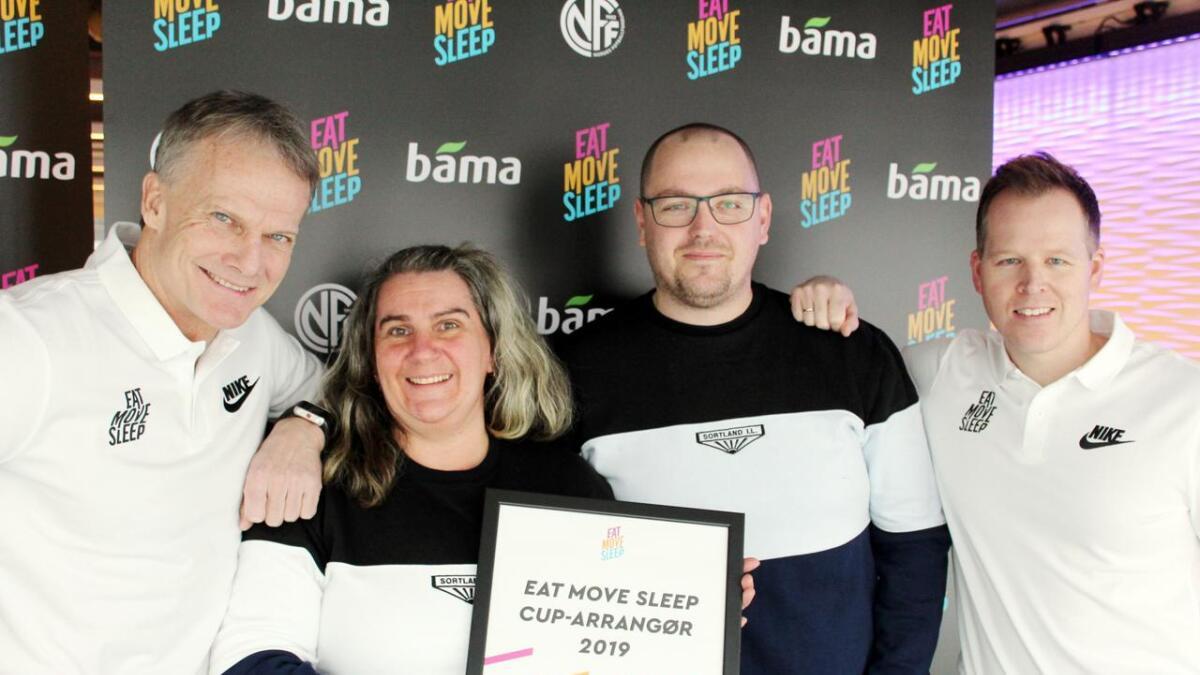 NFFs Frode Grodås (t.v.) og BAMAs Håkon Andersen sammen med representanter fra Sortland IL. (Pressefoto)