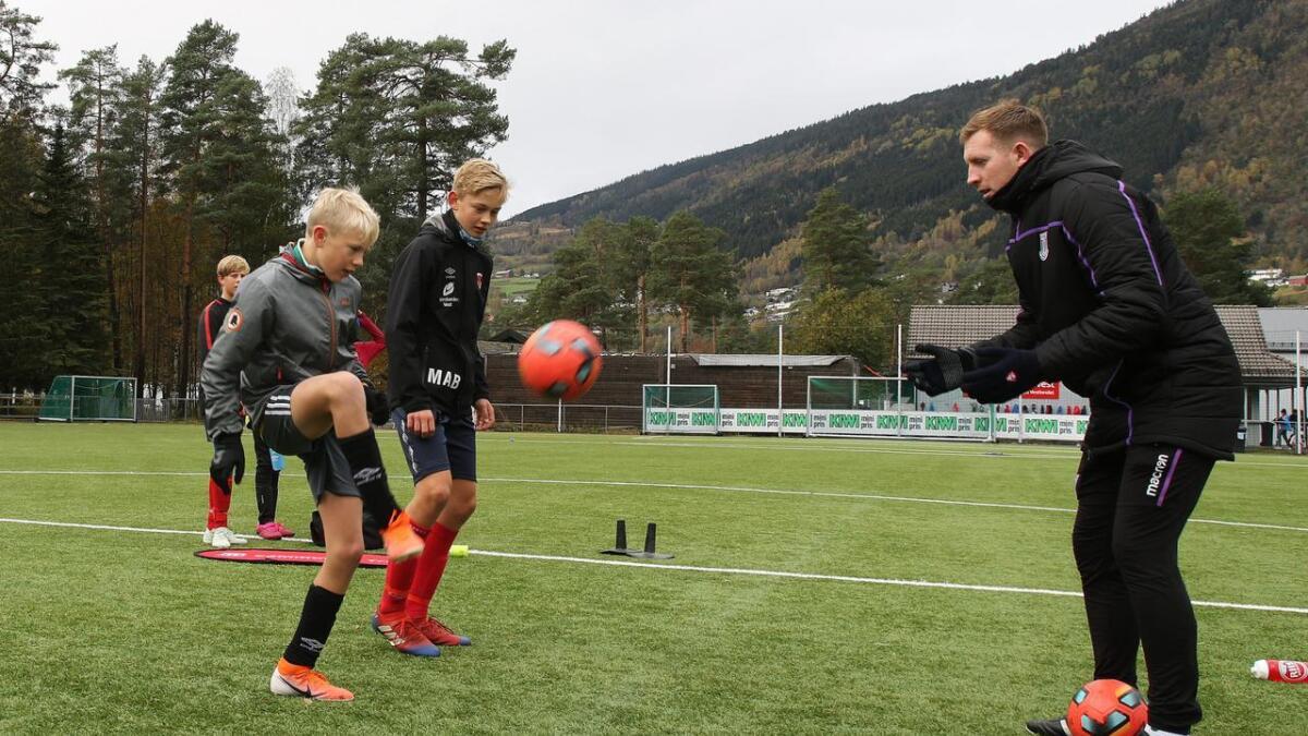 Jack Day frå Stoke er på Voss for fjerde året på rad. Kvar gong har Tobias Mørkve og Markus Bergstrøm vore med på fotballskulen – og fått ny fotballkunnskap.