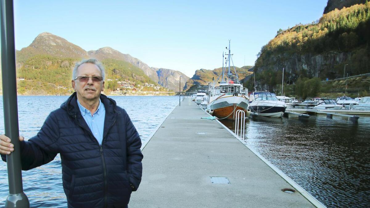 Svein Aksel Sellevold står ytst på bryggja på Stanghelle, til høgre i biletet kjem dei siste båtplassane.