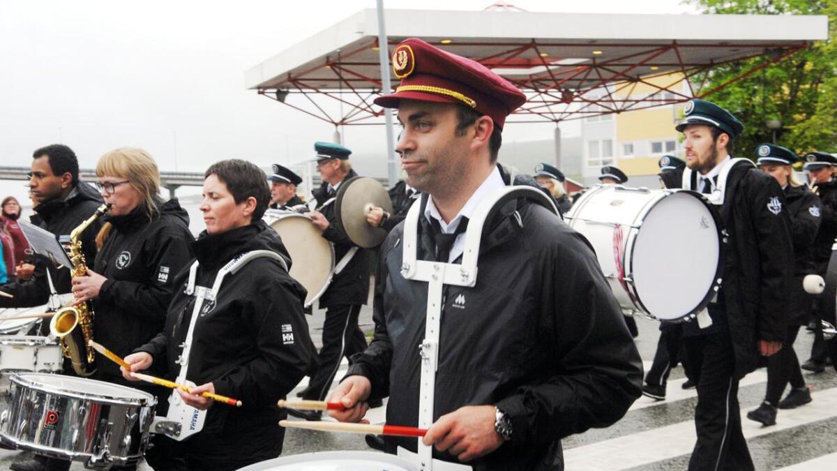 Korpsene kom gjennom Markedsgata lørdag formiddag.