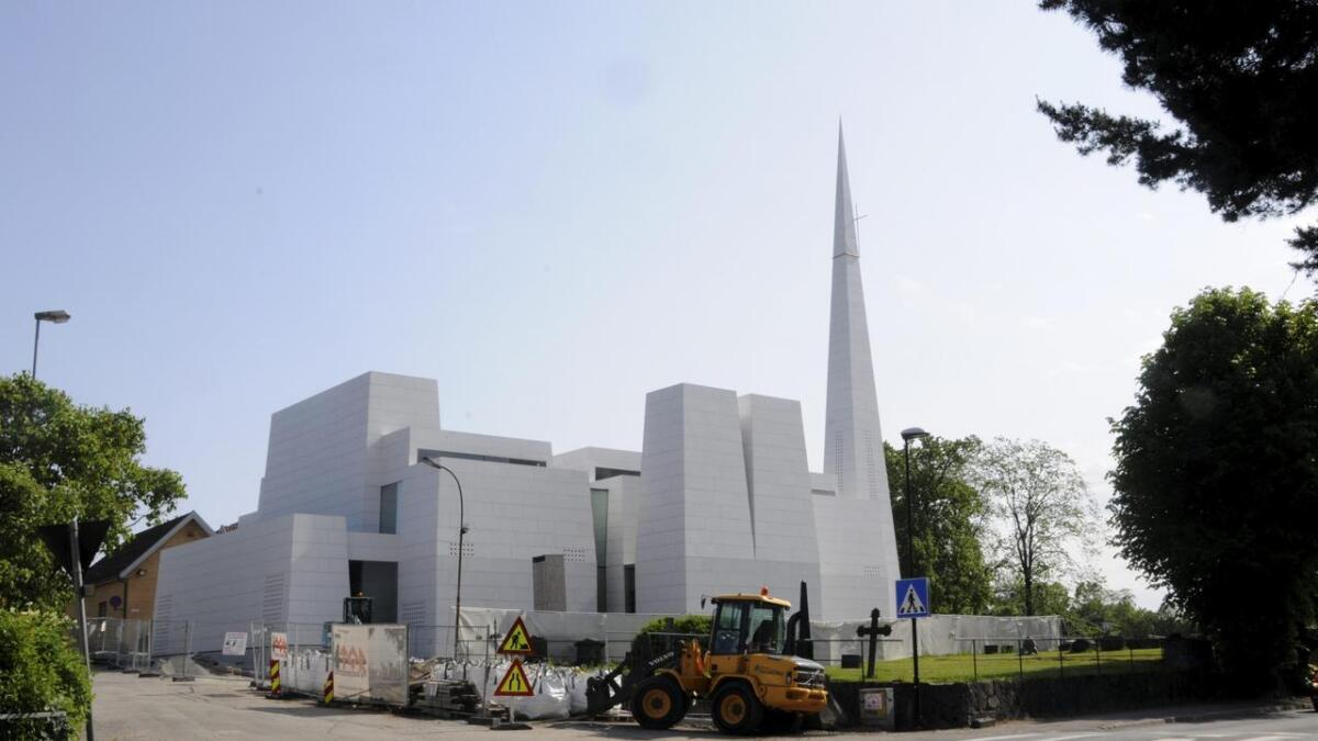 Slik så det ut på tomta til den nye kirken i sommer. Søndag er det åpning.
