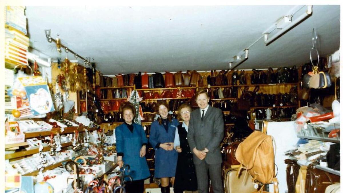 Vesla (f.v.), Signe, mamma Anna og Harald Høyer fotografert i kjellerlokalet der butikken holdt til fra 1938 til 1989.