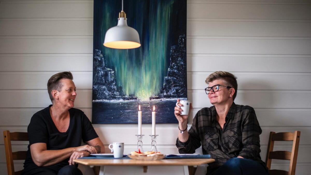 Marianne Wienenga (f.v.) og Janne Sukka gifta seg i 2011. For to-tre år sidan flytta dei til Hallingdal.