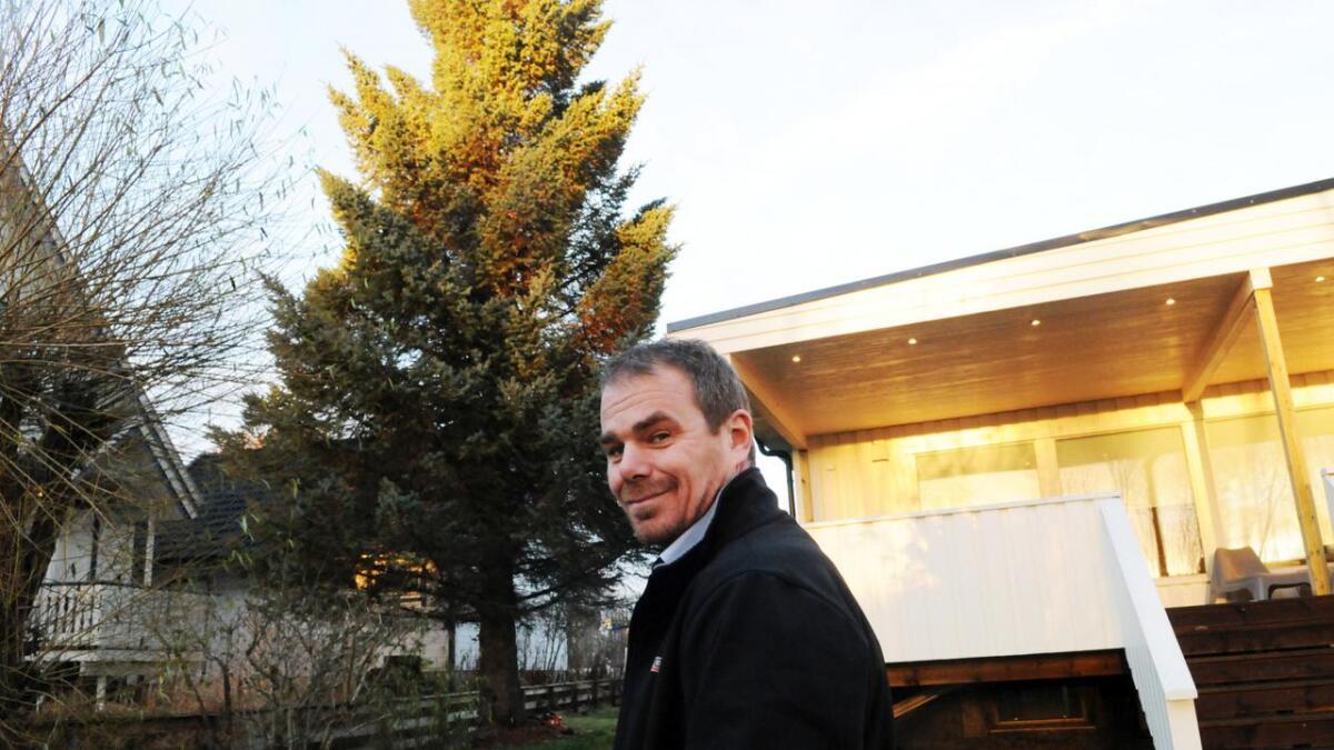 Håkon Jakobsen er glad for at grana er på tur til England, og ikke står i hagen hans lengre.