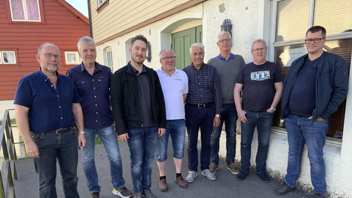 Johannes Jacobsen (t.v.), Otto Holm, Preston Kingsley, Sigmund Kroka, Nils Audun Gerhardsen, Kåre Løkhammer, Einar Hillestad og Salmund Tislavoll.