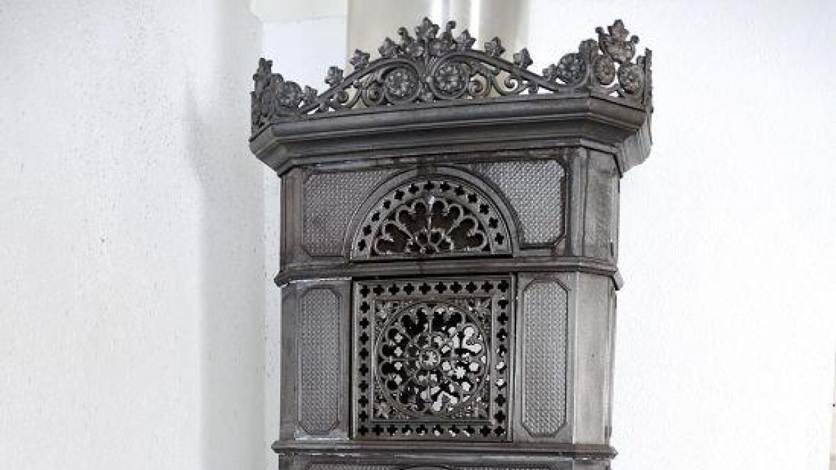 Vakker ovn. I storstua står en gammel ovn med vakre detaljer. Den varmer også godt på kalde vinterkvelder.