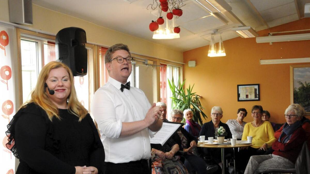 Lena Barth Aarseth og Ruben Kvålseth sang og gjøglet seg onsdag gjennom hundre års revyhistorie på Borgehaven bo- og rehabiliteringssenter, til stor glede for beboere og ansatte. ALLE