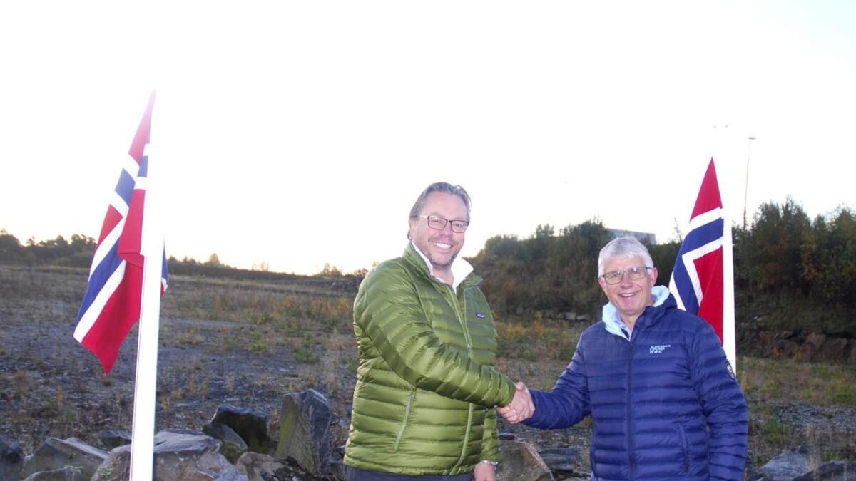 Gunnar Adolf Aanesland og Arne Thomassen inngikk avtalen om næringsarealet på Gaupemyr i fjor. Da ble betalsingsfristen avtalt til 17. oktober 2019. Nå anbefaler administrasjonen at denne fristen kan skyves ett år frem i tid.