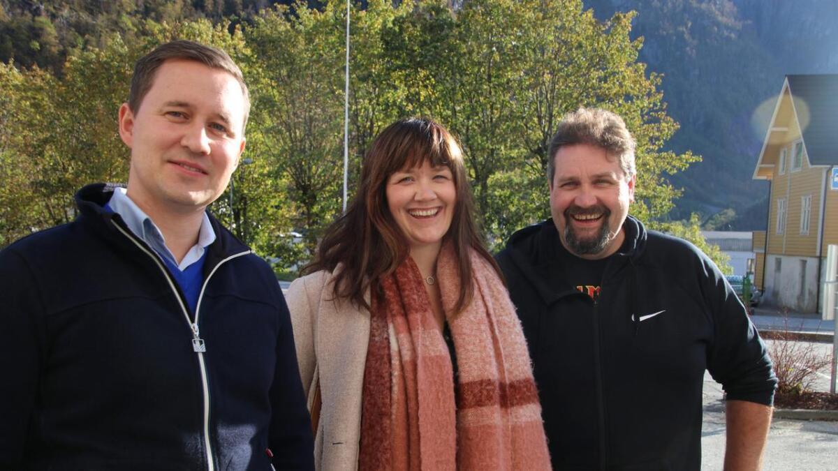 Det nye politiske fleirtalet i Vaksdal representert ved f.v. Erlend Hesjedal Johannessen, påtroppande ordførar Hege Eide Vik og påtroppande varaordførar Kjartan Haugsnes.