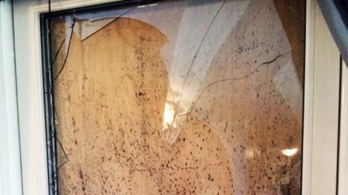 Da innbruddstyven stakk hånden inn gjennom det knuste glasset, hogg huseieren ham i hånden.