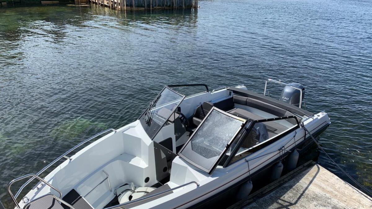 Oversiktsbilde av båten, som viser litt hvor man kan sitte og hvor man har oppbevaring