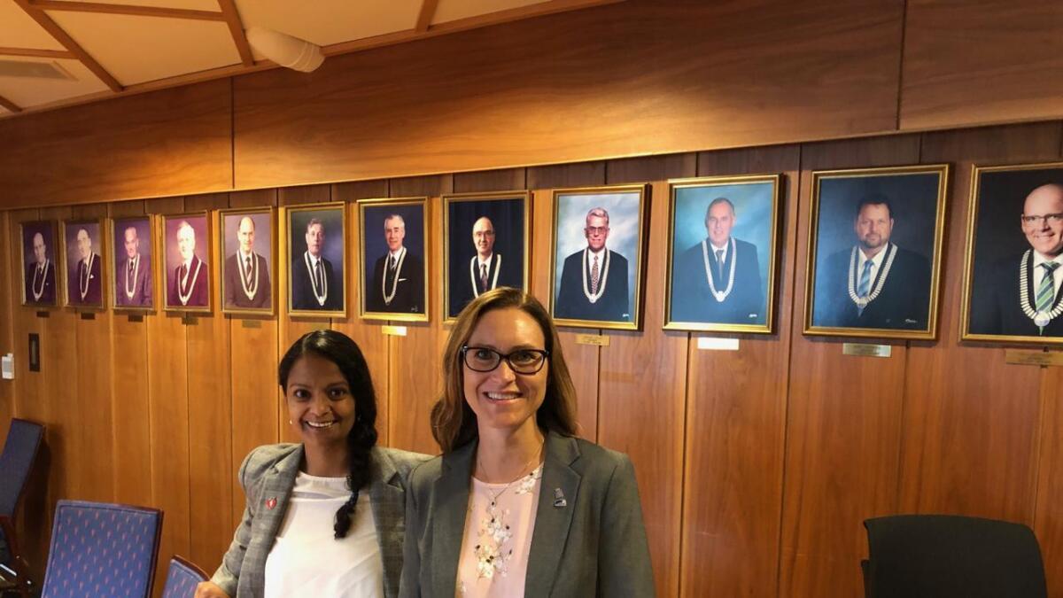 Lene Dolly Langemyr (Frp) er ny varaordfører i Grimstad. Beate Skretting (H) er ny ordfører.  Her er de fotografert i formannskapssalen i Grimstad etter enigheten.