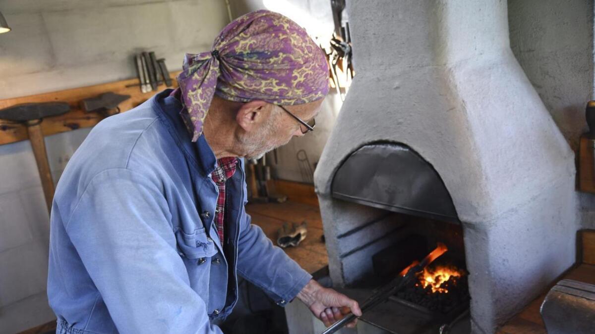 Jørgen S. Jørgensen bygde si eiga smie på Hiskjo rundt 2010. Sidan den tid har han vore mange timar her i smia (Alle