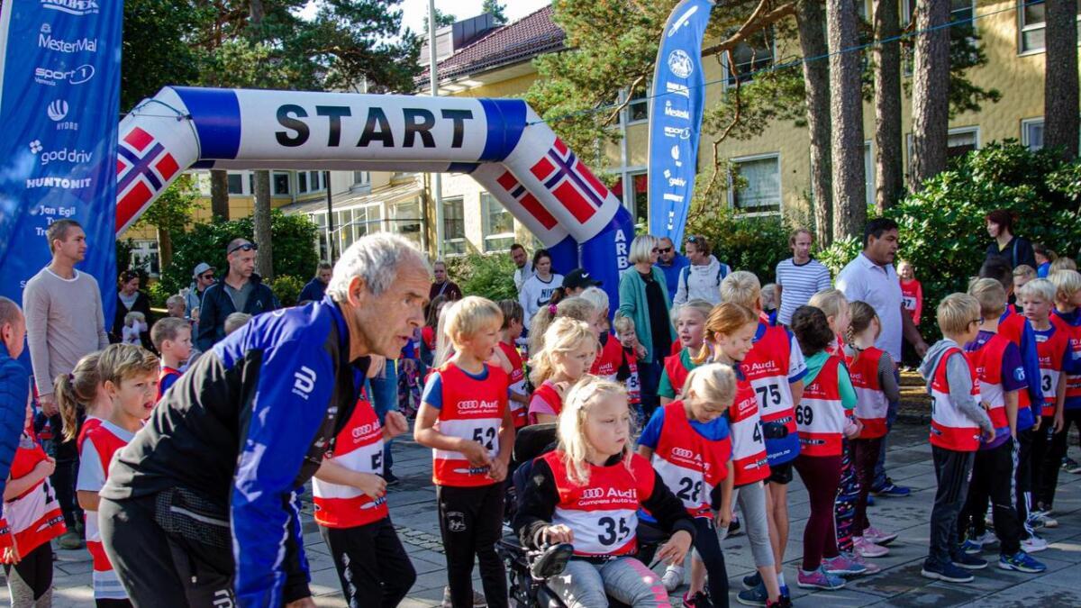 Harry Andersen sjekker at alt er klart før barna i 3. klasse starter sitt løp.