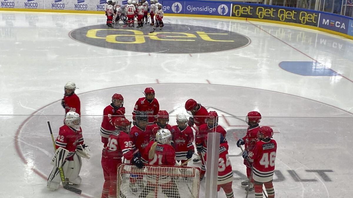 Nes IKs 10-årslag spilte søndag fire turneringskamper. Her har de en peptalk ute på isen.