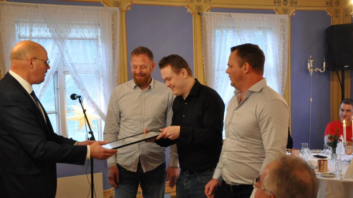 Sigbjørn Lunden, Thomas Ellingsen og Inge Paulsen mottok diplomet av ordfører Nils Olav Larsen.