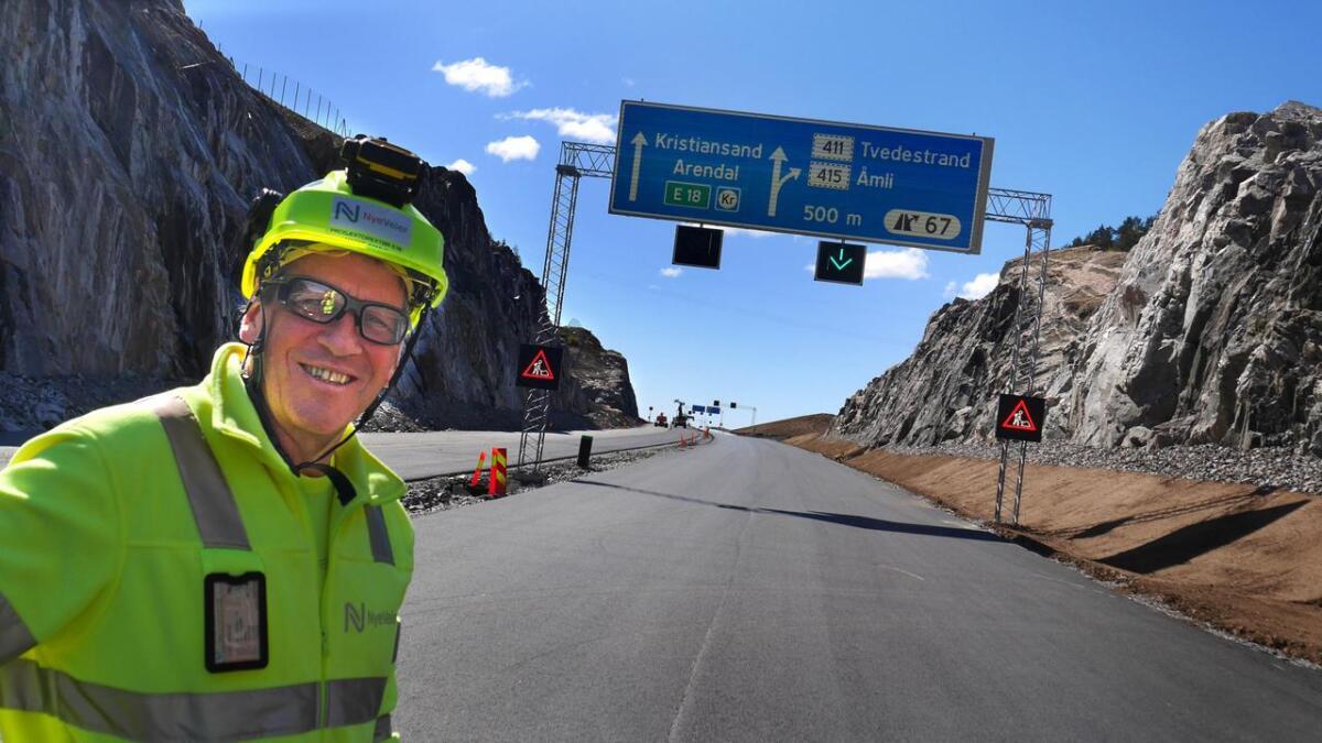 Nye Veier AS' Magne Ramlo er prosjektdirektør for hele E18-strekningen Grimstad-Langangen. Han er strålende fornøyd med vei-                                        anlegget som han forsikrer er godt i rute til åpningen 2. juli – nesten 3,5 måned før kontraktfestet åpningsdato 15. oktober. Her avbildet i veilinja rett øst for det store toplanskrysset på Grenstøl – med avkjøring til Tvedestrand, Åmli – og Vegårshei. Og ned til Fiansvingen                                    på dagens E18.