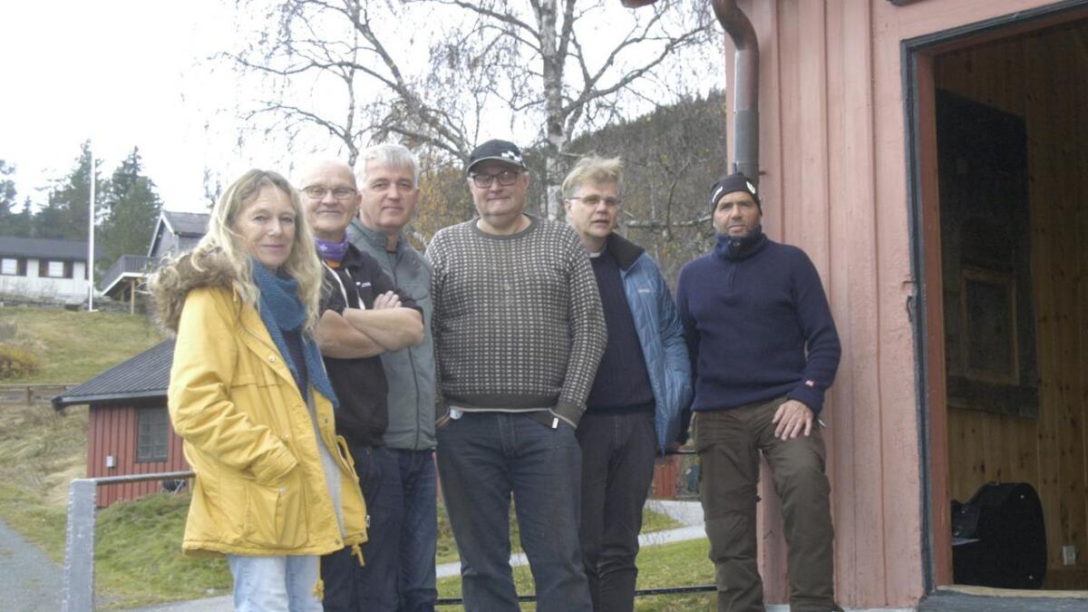 Nina Rostin Svendsen, Eilev Erikstein, Robertas Lamsodis, Knut Rune (Pippen) Tveiten, Tor Eivind Erikstein og Jan Haugen inviterer ti allehelgenarrangement i helga.