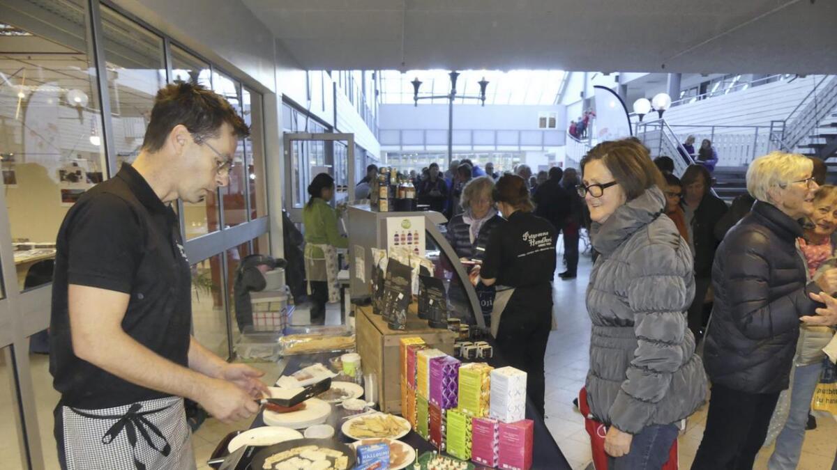 Laurdag er det lokalmatmarknad i senteret på Vaksdal, her er Stian Jordalen i arbeid på sin stand for to år sidan.