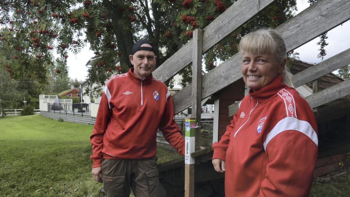 Ingen har tatt flere stolper enn Ronny og Marianne Fjellvang fra Skogbygda denne sesongen. Hele 5122 har det blitt siden mai. Her står de ved en stolpe på Furuset på Opakermoen.