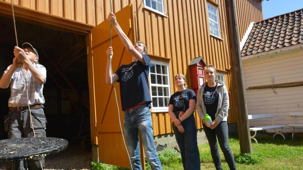 Fredag fikk ungdommen bidra til at en stor dreiebenk ble heist inn i snekkerverkstedet.