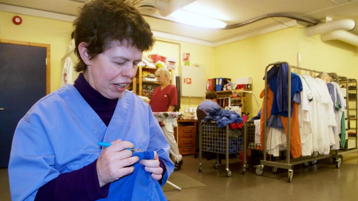 Marianne Toften arbeider hos Hadsel Asvo på det tiende året. Her fikser hun glidelåser på arbeidstøyet vaskeriet tar seg av for Nordlaks. – Jeg trives rett og slett godt, smiler hun. Vaskeriet tar oppdrag for både bedrifter og private, og har ifølge daglig leder Line Eggen topp resultat på bakterieprøver og kontroller. – Det henger sammen med at de ansatte er veldig nøye, sier hun.