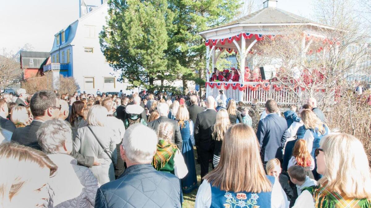 Det var folksomt i Paviljongparken, da mange ville høre russetalen.