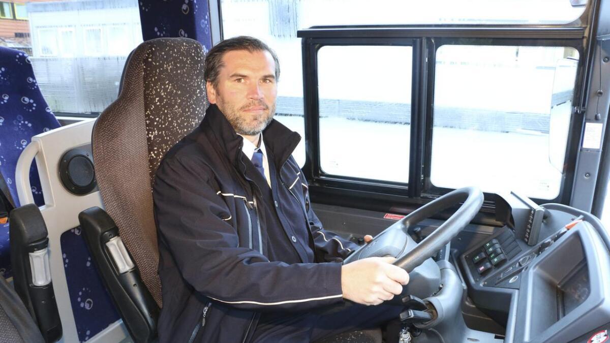 Håvard Ravnanger Innbjør er ein sørvisinnstilt kar som, etter åtte år i parkeringsvaktyrket, er van med å handtera vanskelege kundar. Det kan koma godt med i bussjåføryrket også. – All erfaring, er god erfaring, seier han.