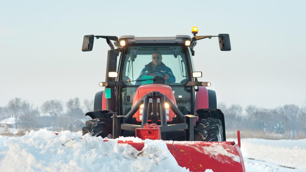 En gammel i 70-årene mann står i Kristiansand tingrett tiltalt for å ha fylt opp naboens oppkjørsel med snø. ILLUSTRASJONSFOTO