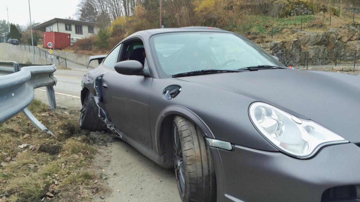Denne Porschen måtte hentes av bilberging etter å ha smelt inn i rekkverket lørdag formiddag.