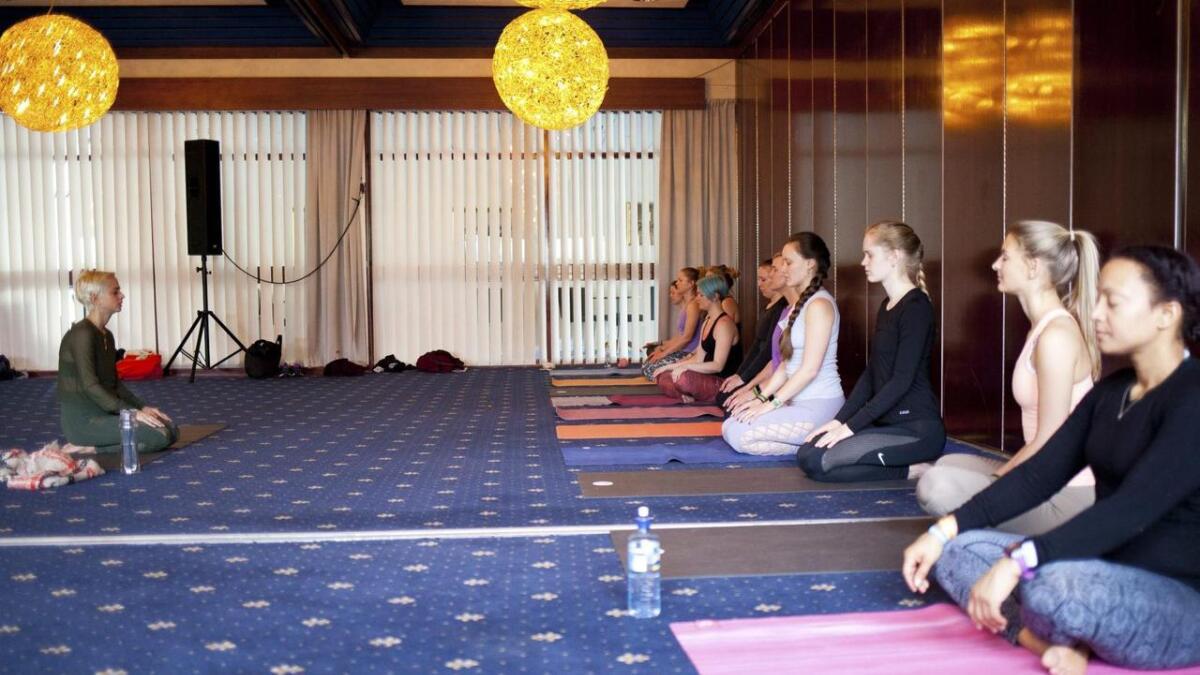 Yoga kan aldri løsrives fra sin religiøse side. Dersom yoga blir løsrevet fra sin religiøse side, er det ikke yoga, skriver Eivind Gjerde. Her fra yogafestivalen på Stord Hotell i helga.