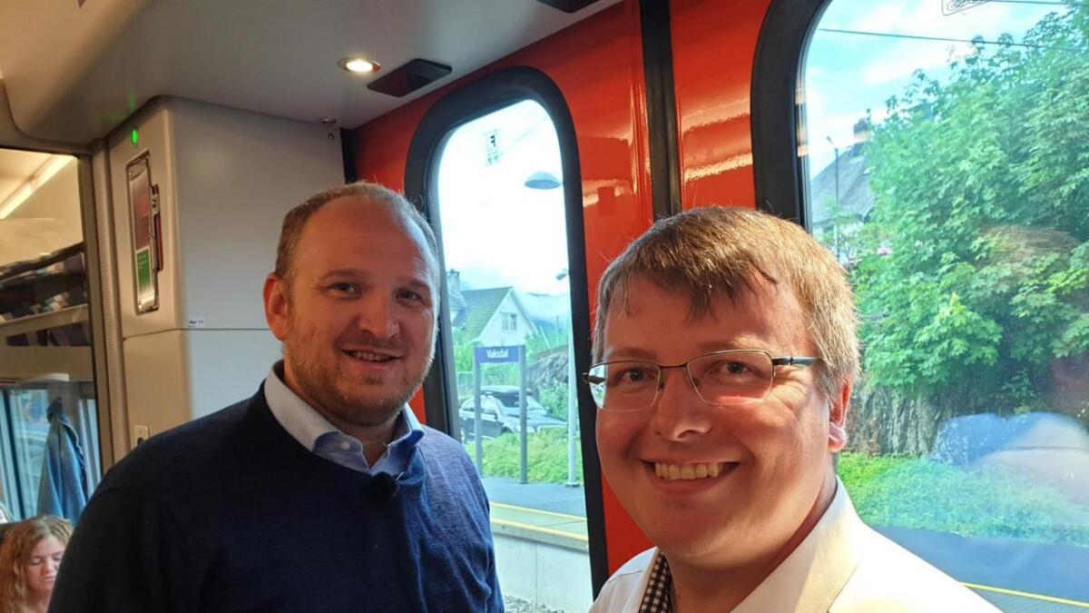 Samferdsleminister Jon Georg Dale (t.v.) og Boris Groth i Vaksdal Frp, på toget då det passerer Vaksdal stasjon.