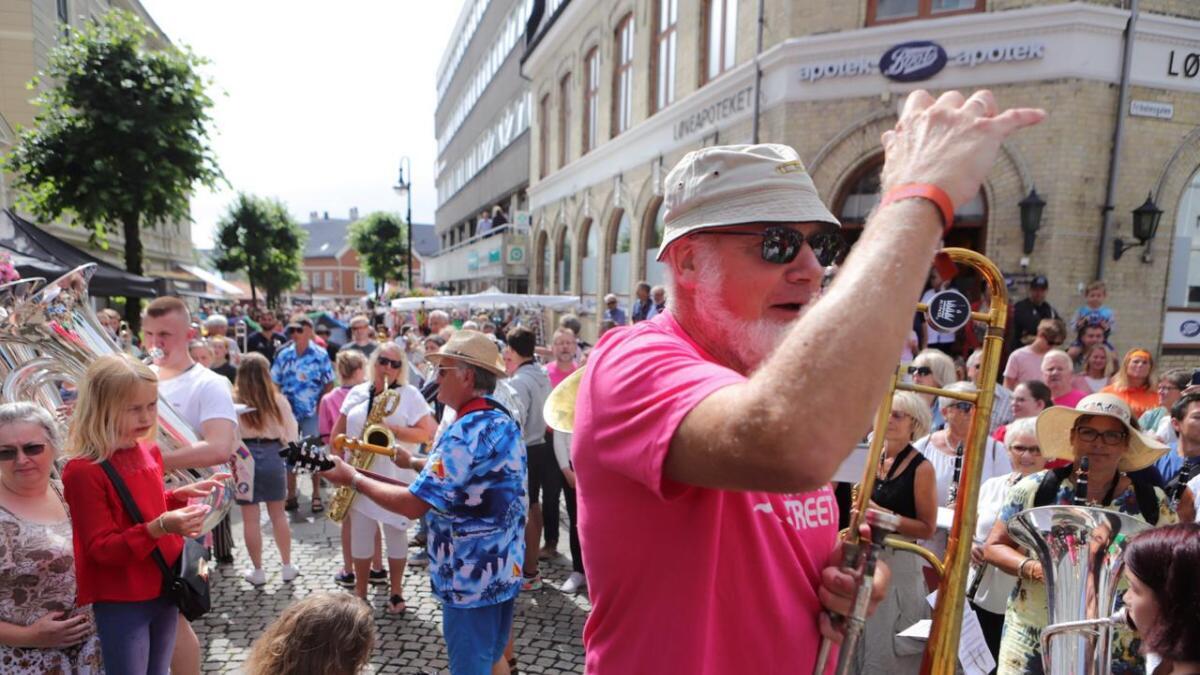 Dag Jonssen ledet som vanlig paraden med klare beskjeder til musikantene og brukte trombonen som dirigentstokk. - I år må det være rekordmange musikere med, sa han.