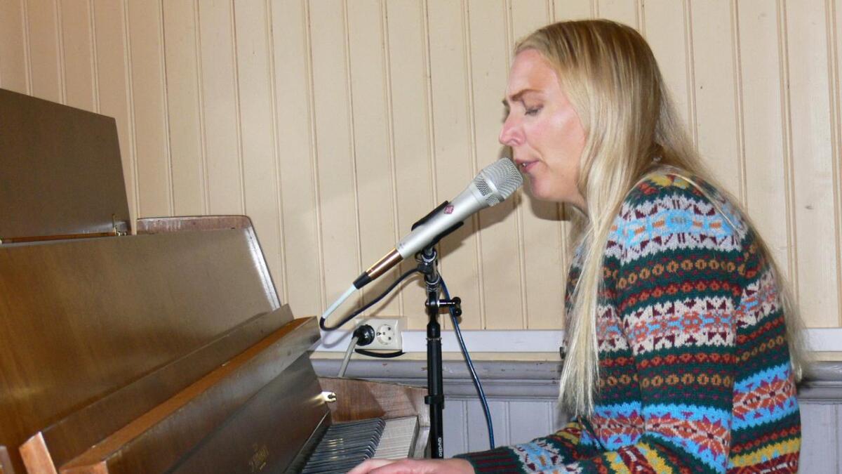 Marthe Valle benyttet sang og musikk i foredraget sitt om livet og musikken. (Alle