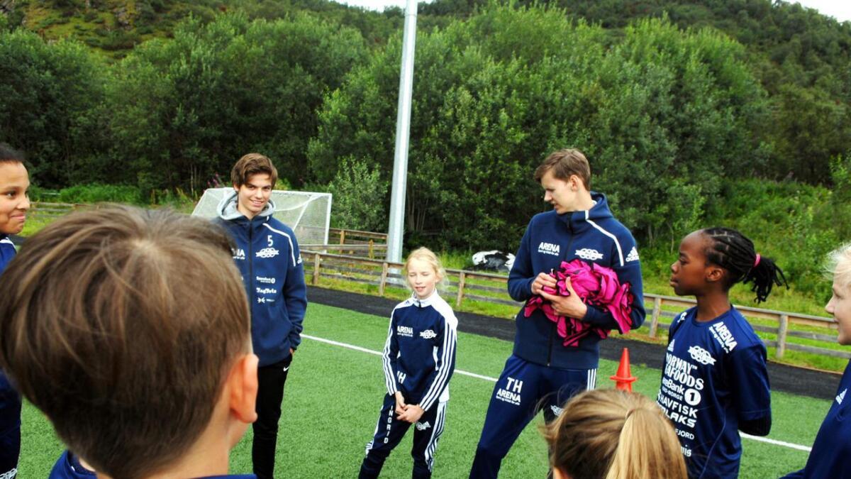 Markus Kjærvik (t.v.) og Torstein Hanssen er instruktører på fotballskolen, og nå skal det spilles!