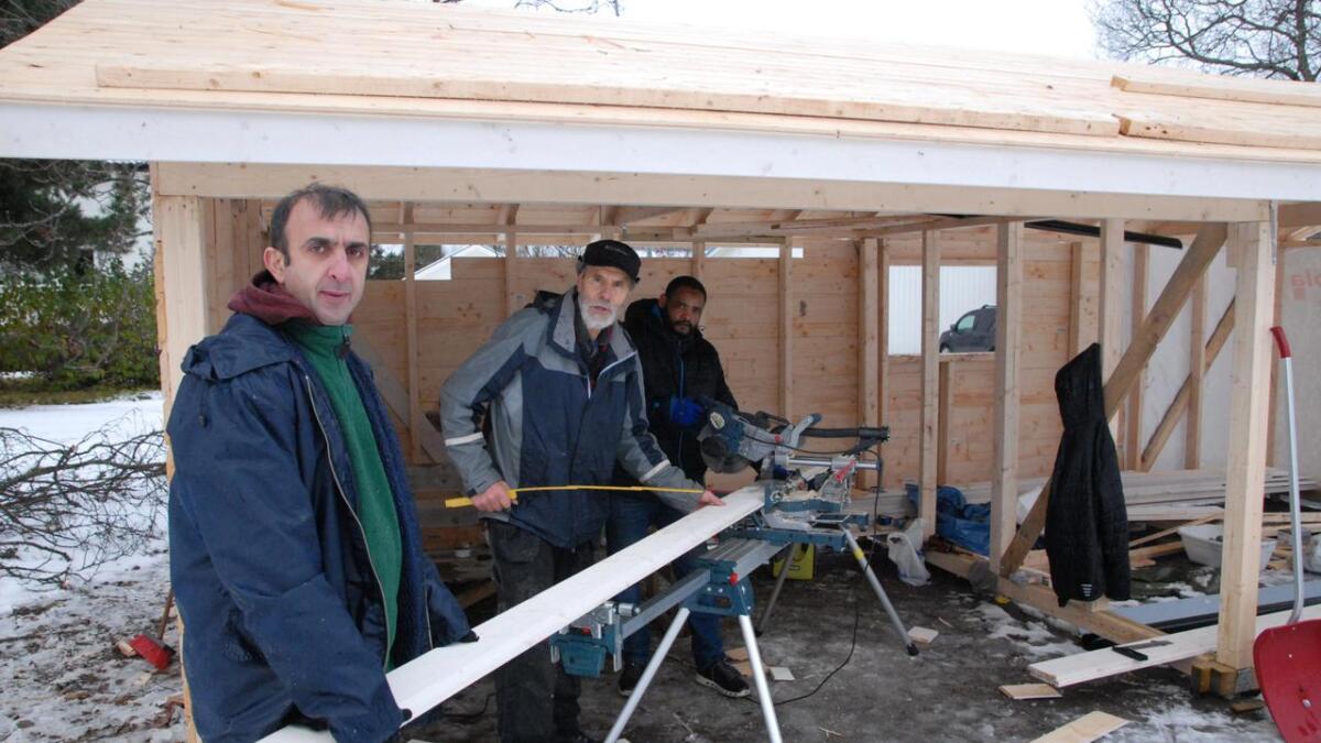Mohammed Jamil Ali, Asbjørn Høgden og og Ibrahim Hassan snekrer hytte i Frydenlundparken.