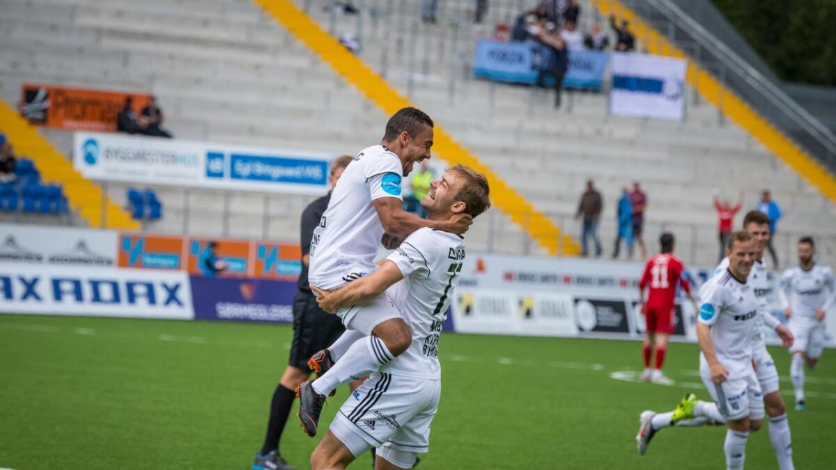 Mads Madsen og Ulrik Berglann feirer etter at den innøvde cornervarianten ført til mål i de første spillerminuttene. Arendal kunne ri på det førstemålet ut kampen.