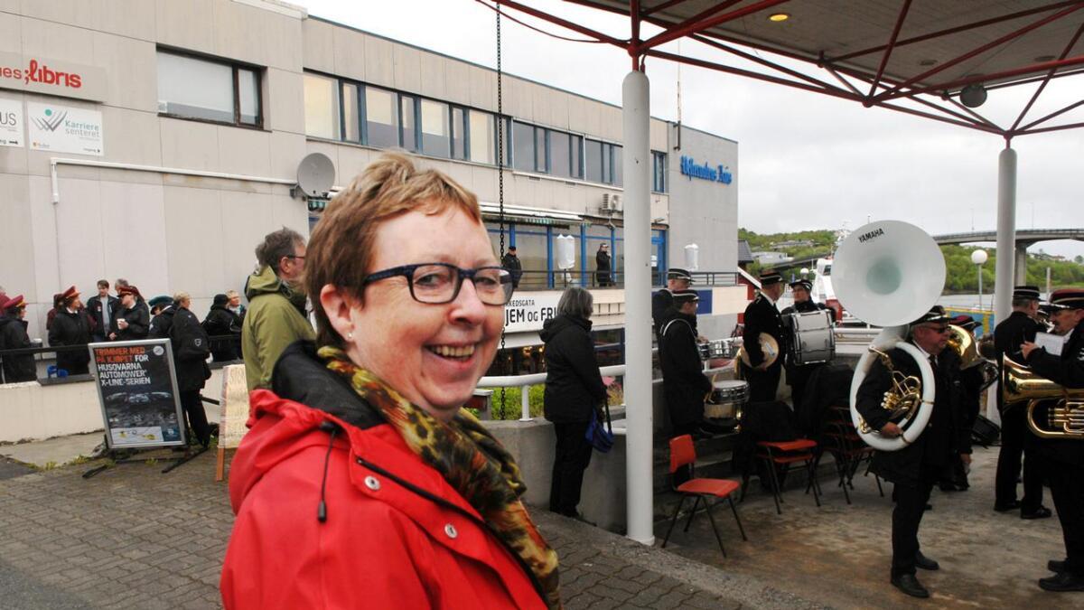 Jeg satte lapp på døra, smiler Vigdis Ebeltoft, som måtte få med seg åpninga. Hun har for øvrig spilt med Stokmarknes musikkforening fra 1972 helt fram til i fjor.