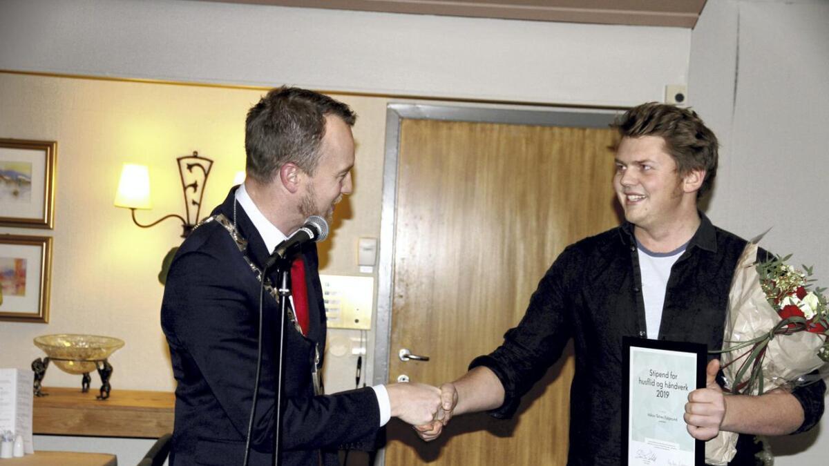 Håkon Telnes Fjågesund fikk pris og stipend for sitt arbeid med å bevare gammelt håndverk. Han har spesialisert seg på tradisjonelle fyllingsdører.