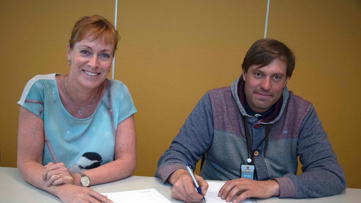 Daglig leder Jo Breivegen og prosjektleder Helene Byre i Statens vegvesen skrev i dag under på kontrakten for byggingen av riksvei 36 langs Seljordsvannet.