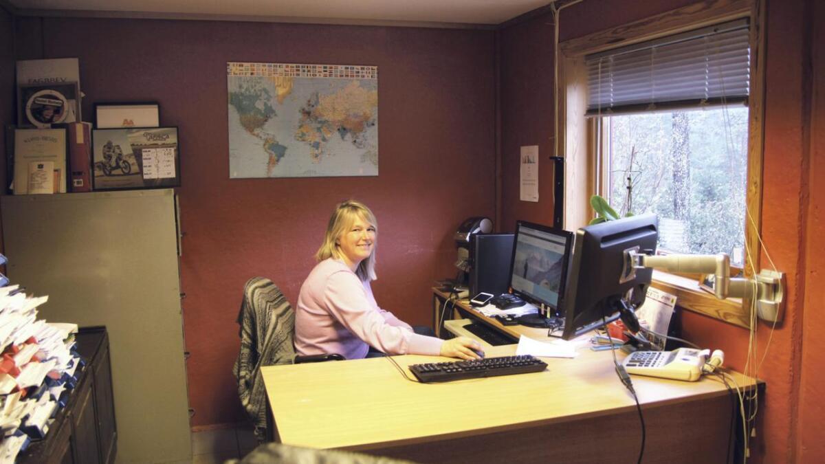 Frå kontoret i Edland sel Mari satelittelefonar som nyttast i «grisgrendte strøk», både lokalt, nasjonalt og globalt.