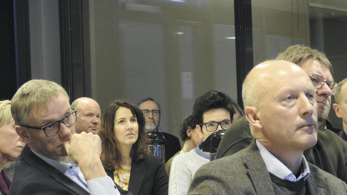 Rådmann Magnus Mjør (t.v.) og Hordfast-styreleiar Lars Solberg var blant tilhøyrarane, då Halleraker presenterte prosjektet torsdag.