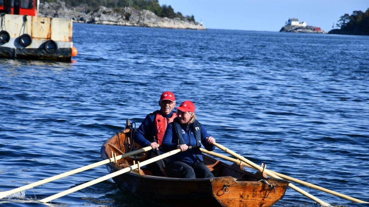 Torbjørn Løland og Hilde Erdvig tester ut den nyoppussa båten.