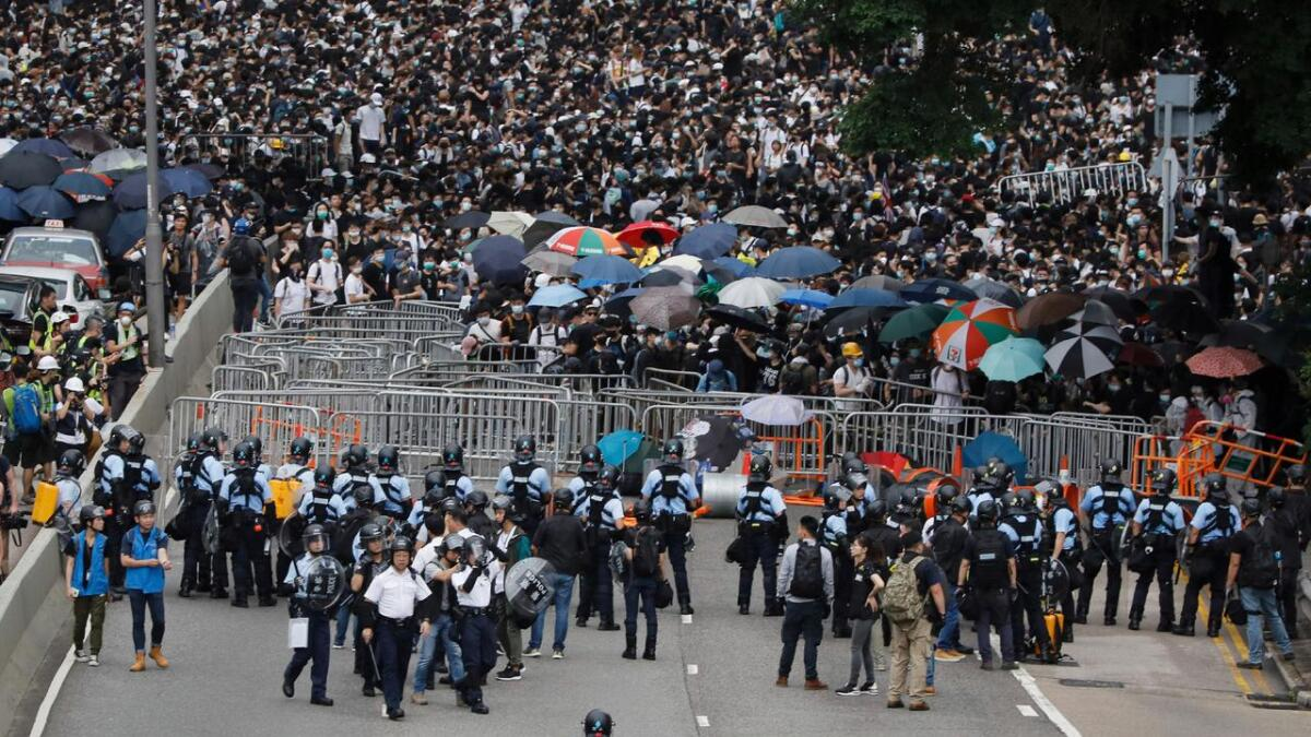 I protest mot utleveringsavtalen med Kina har demonstranter blokkert de to hovedveiene igjennom Hongkong. Flere tusen mennesker har samlet seg i gatene.