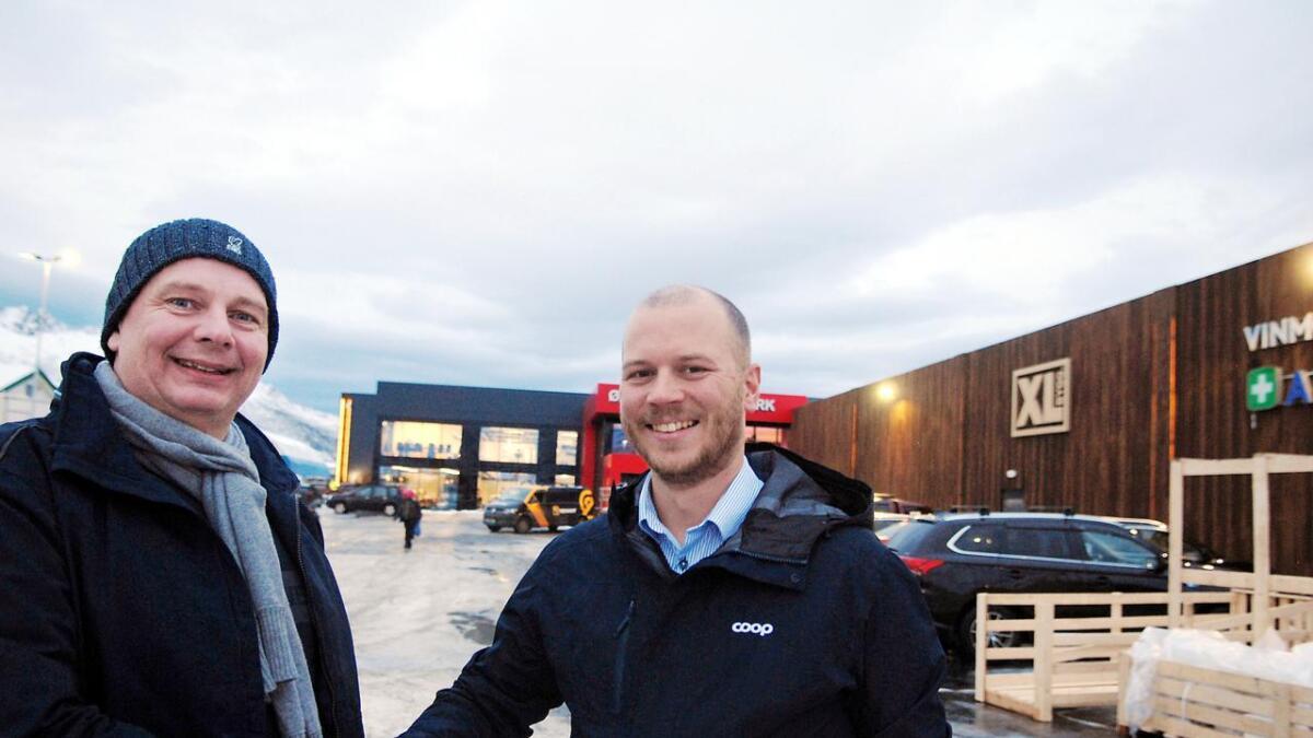 Prosjektleder hos Øksnes Entreprenør, Lasse Kristoffersen (t.v.), og eiendomssjef Håvard Andreassen i Coop Nordland er begge like fornøyd med Øksnes Handelspark.